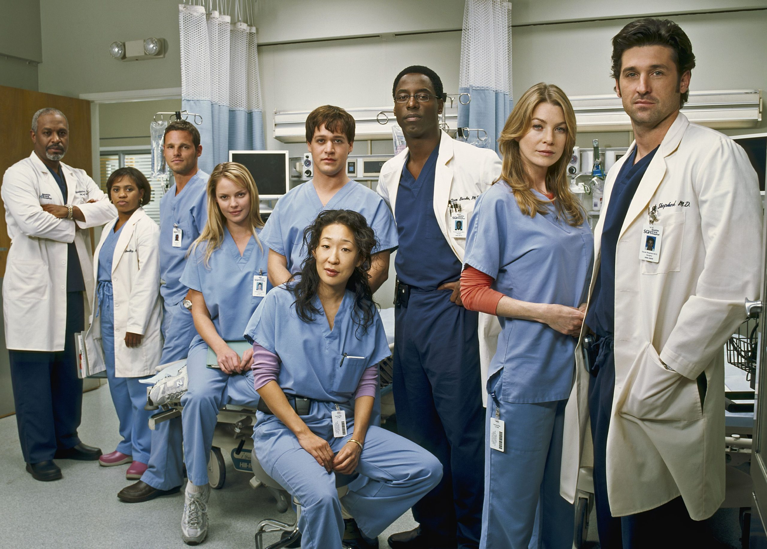 Cast of Grey's Anatomy standing together